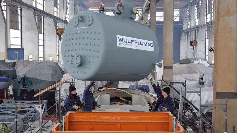 Das Herzstück: Der neue Kessel wiegt sieben Tonnen und wurde nach alten Originalplänen von einem Spezialunternehmen in Husum gebaut. Foto: Museumshafen