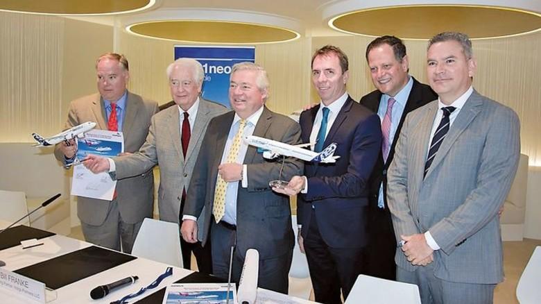 Handelseinig: Mitglieder des Managements von Indigo Partners und Airbus nach der Vertragsunterzeichnung auf der Luftfahrtmesse in Dubai. Foto: Werk