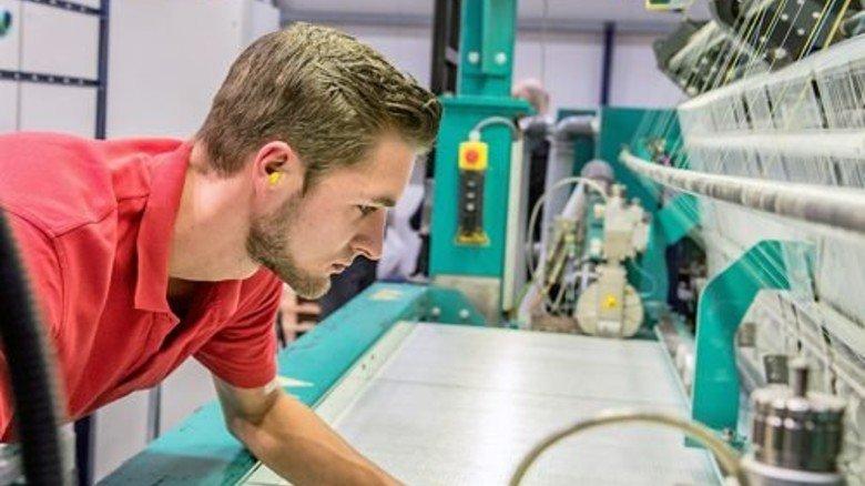 Fehler sind tabu: Maschinenführer Marcel Lindemann an einer Gelege-Anlage. Foto: Roth