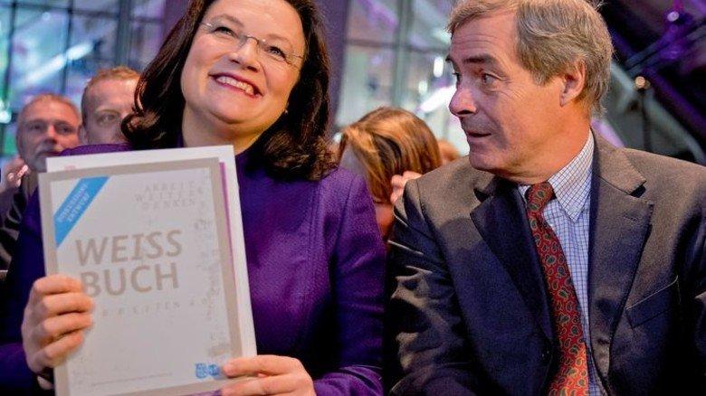 Stolz auf das dicke Grundsatzpapier: Arbeitsministerin Andrea Nahles, hier mit Arbeitgeberpräsident Ingo Kramer. Foto: dpa