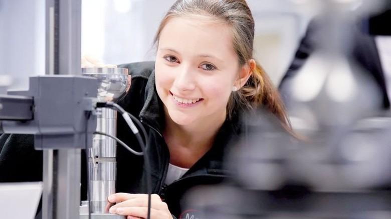 Arbeit am Messgerät: Beim Hersteller Mahr hat Vanessa Bernt praktische Erfahrungen gesammelt. Foto: Gossmann
