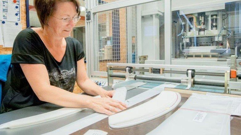 Einzelprüfung: Anja Schäfer kontrolliert zugeschnittene Filtergewebe für Flusensiebe. Foto: Straßmeier