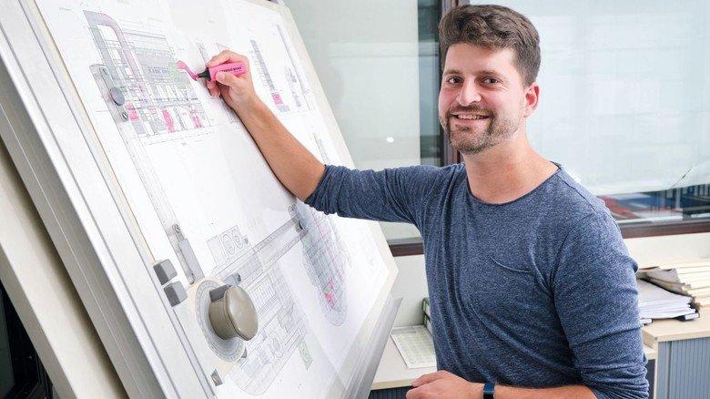 Arbeit am Zeichenbrett: Vertriebsingenieur Daniel Bausch plant gerade eine Rauchgasreinigungsanlage.