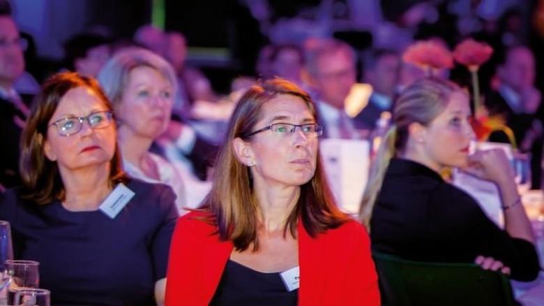 Auch sie gehörten zu den Gästen: Maren Lewerenz (links) und Sandra Pawlas, Chefinnen der Agenturen für Arbeit Hagen  und Iserlohn. Foto: Nougrigat